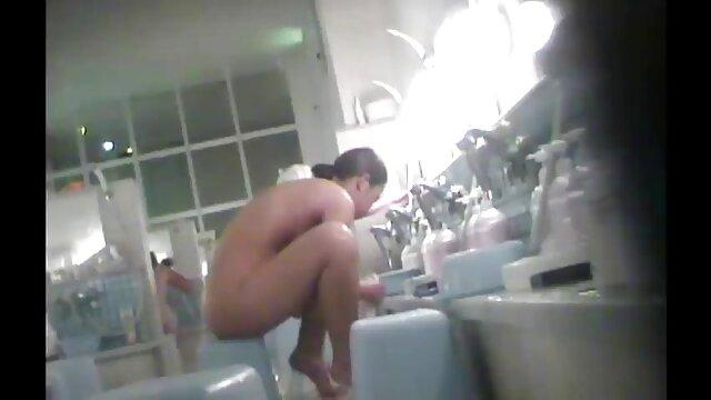 Des lesbiennes films x en français gratuit aux gros seins adultes baisent des jouets dans une salle de bain chaude